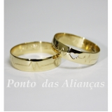 aliança de ouro com coração